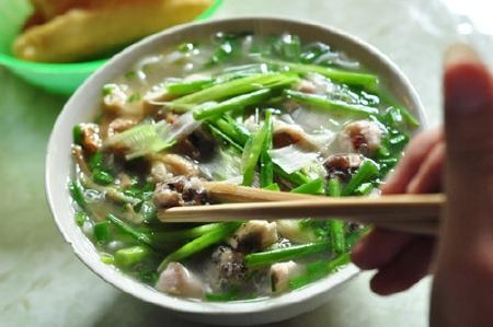 Đi ăn sáng ở ngõ nhỏ Hà Nội